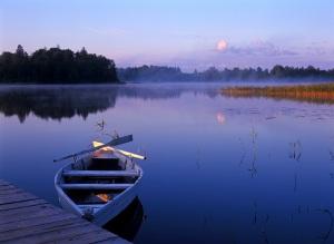 LATVIA, noi şi barca cu vîslă albă şi albastră